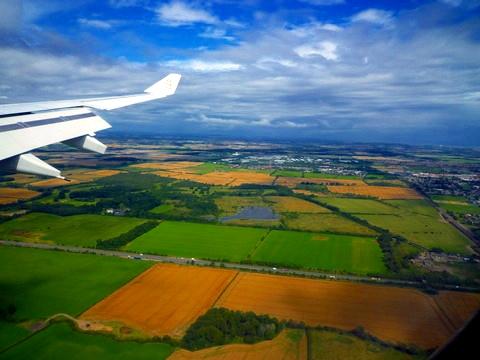 飞机即将降落在纽卡斯尔,下面的农田像童话里的一样