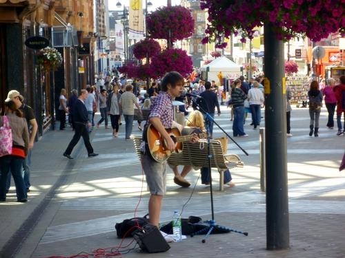 Leeds 的街头艺人,这位小哥一直在唱Pop,所以很多歌我都不熟悉。附近还有一个唱民谣的组合,他们唱的歌就觉得亲切很多