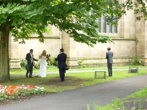 中午教堂的钟声响了很久,后来才知道是有人结婚,新人从教堂后门走出来的时候偷偷拍了一张