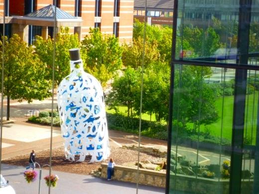 米堡的标志性雕塑,纪念库克船长的漂流瓶