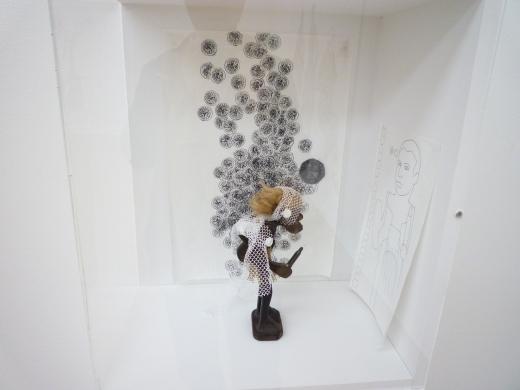 一个小人雕塑,不过看不懂作者是想表现什么……