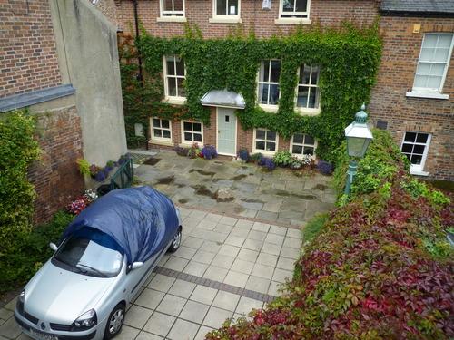 城墙下面的一个漂亮院子
