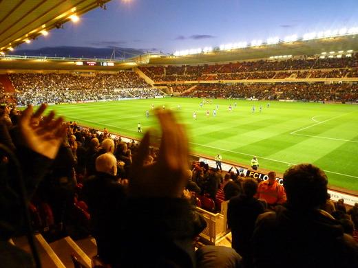 米堡扳平比分之后,全场球迷站起来欢呼,照片里面的这只手是我旁边的一个激动的球迷的
